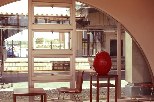 旧双葉駅舎で復興を願うダルマさん